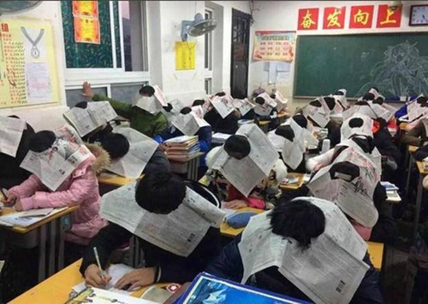 Bức ảnh học sinh che ô lụp xụp kín cả lớp học và sự thật phía sau khiến nhiều người ngã ngửa - Ảnh 3.