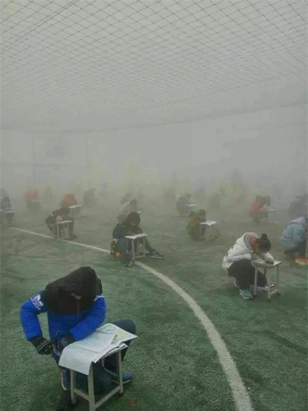 Bức ảnh học sinh che ô lụp xụp kín cả lớp học và sự thật phía sau khiến nhiều người ngã ngửa - Ảnh 5.