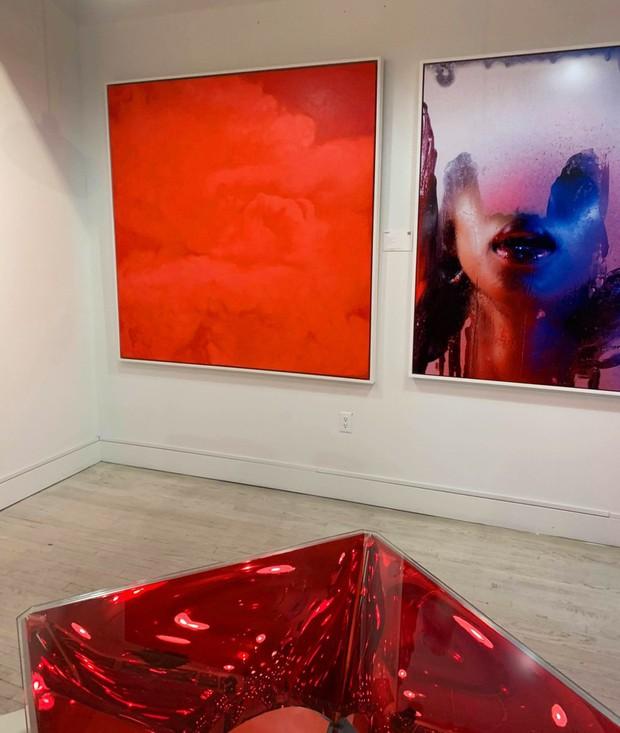 Không chỉ góp mặt trong (RED) Auction, tranh của NTK Thủy Nguyễn còn được đấu giá 100.000 USD - Ảnh 1.