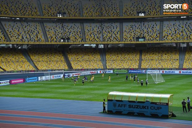 Cổ vũ bóng đá an toàn trên sân: Nhớ trang bị thứ này nếu không muốn tổn hại thính giác vĩnh viễn - Ảnh 1.
