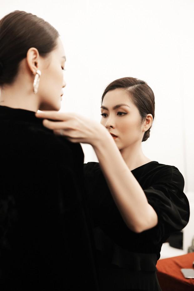 Hà Tăng ôm chặt Thanh Hằng trong hậu trường, nhận được nhiều ủng hộ khi ra mắt với tư cách NTK - Ảnh 2.