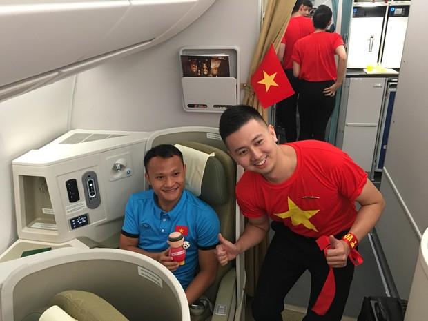 Đội tuyển Việt Nam được tặng món quà đặc biệt trước khi về nước - Ảnh 2.