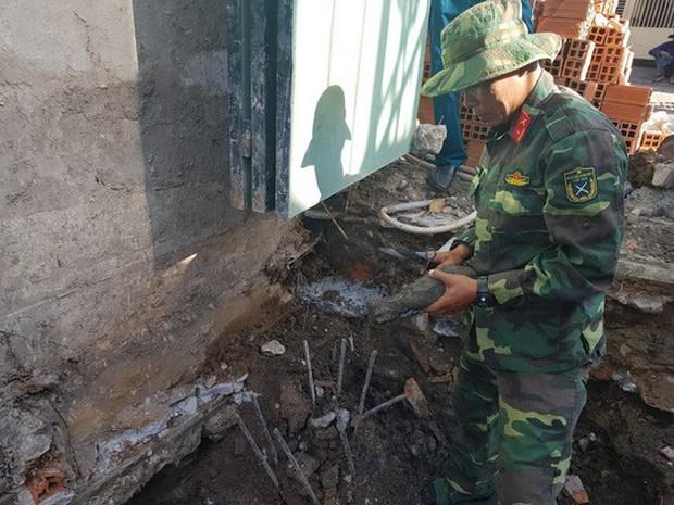 Công nhân xây dựng chạy tán loạn khi phát hiện đạn cối dưới móng nhà - Ảnh 2.