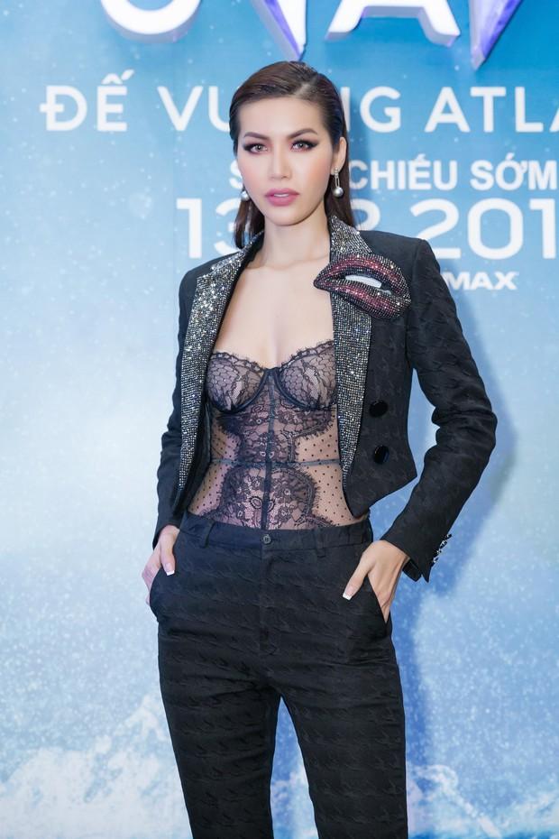 """Minh Tú diện vest đen cùng áo xuyên thấu gợi cảm trong buổi ra mắt phim """"Aquaman"""" - Ảnh 1."""