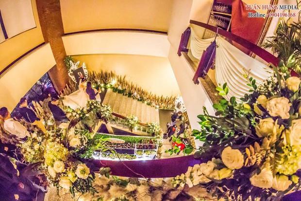 Xôn xao siêu đám cưới 4,6 tỷ ở Hải Phòng: Chú rể cưỡi bạch mã siêu xe Maybach trị giá triệu đô đón cô dâu đến hôn trường lãng mạn như truyện cổ tích - Ảnh 4.