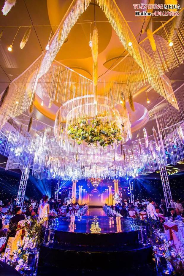 Xôn xao siêu đám cưới 4,6 tỷ ở Hải Phòng: Chú rể cưỡi bạch mã siêu xe Maybach trị giá triệu đô đón cô dâu đến hôn trường lãng mạn như truyện cổ tích - Ảnh 3.