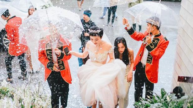 Xôn xao siêu đám cưới 4,6 tỷ ở Hải Phòng: Chú rể cưỡi bạch mã siêu xe Maybach trị giá triệu đô đón cô dâu đến hôn trường lãng mạn như truyện cổ tích - Ảnh 8.