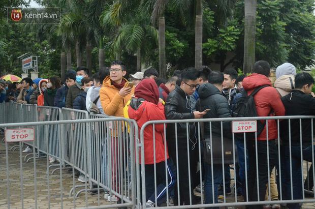 Hàng ngàn người xếp hàng dưới cái lạnh 13 độ để chờ nhận vé xem chung kết của đội tuyển Việt Nam - Ảnh 2.