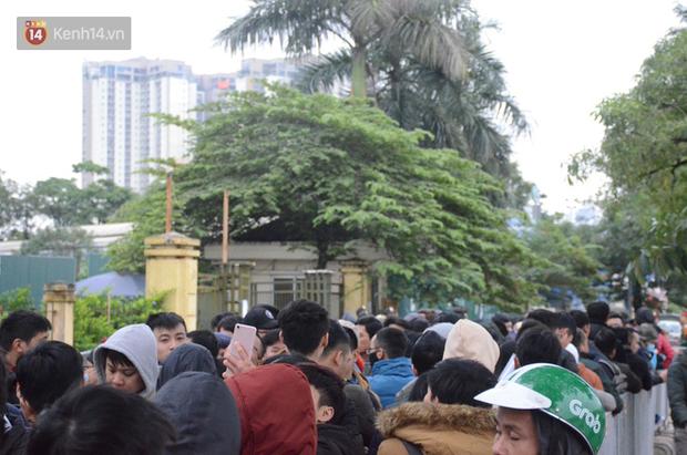 Hàng ngàn người xếp hàng dưới cái lạnh 13 độ để chờ nhận vé xem chung kết của đội tuyển Việt Nam - Ảnh 11.