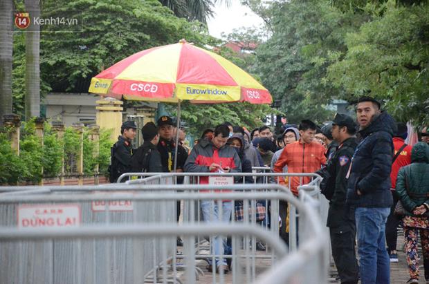 Hàng ngàn người xếp hàng dưới cái lạnh 13 độ để chờ nhận vé xem chung kết của đội tuyển Việt Nam - Ảnh 7.