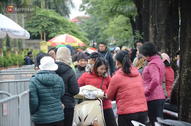 Hàng ngàn người xếp hàng dưới cái lạnh 13 độ để chờ nhận vé xem chung kết của đội tuyển Việt Nam - Ảnh 10.
