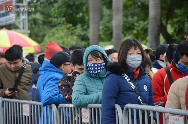 Hàng ngàn người xếp hàng dưới cái lạnh 13 độ để chờ nhận vé xem chung kết của đội tuyển Việt Nam - Ảnh 1.