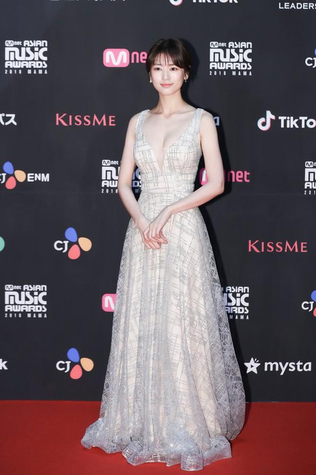 Thảm đỏ MAMA 2018 tại Nhật: Mỹ nhân kém nổi lấn át Lee Sung Kyung vì sexy bùng nổ, BTS, Park Bo Gum quá đẳng cấp - Ảnh 2.