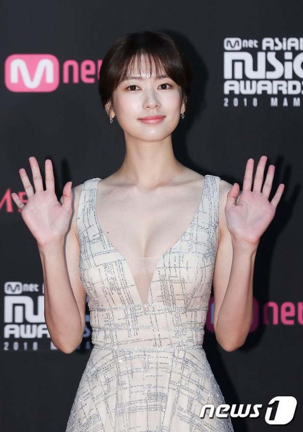 Thảm đỏ MAMA 2018 tại Nhật: Mỹ nhân kém nổi lấn át Lee Sung Kyung vì sexy bùng nổ, BTS, Park Bo Gum quá đẳng cấp - Ảnh 3.