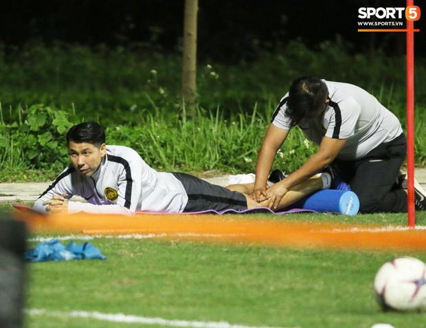 HLV trưởng Malaysia yêu cầu trợ lý massage ngay trên sân tập - Ảnh 4.