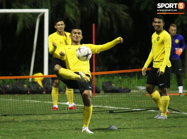 HLV trưởng Malaysia yêu cầu trợ lý massage ngay trên sân tập - Ảnh 7.