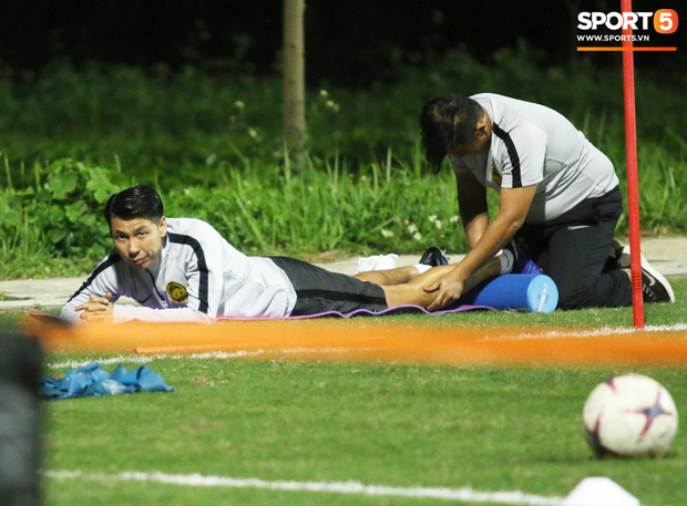 HLV trưởng Malaysia yêu cầu trợ lý massage ngay trên sân tập - Ảnh 3.