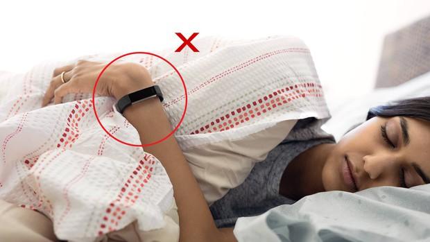 Đây là 4 thứ cần cởi bỏ và 4 thứ nên mặc khi đi ngủ, con gái ai cũng cần ghi nhớ - Ảnh 2.