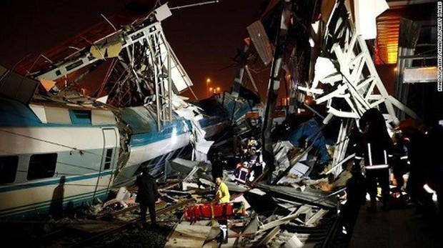 Thổ Nhĩ Kỳ: Tàu cao tốc đâm vào cầu vượt, 53 người thương vong - Ảnh 1.