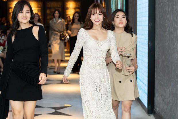 Ninh Dương Lan Ngọc rủ hội gái già sải bước catwalk, phá đảo show diễn của NTK Lâm Gia Khang - Ảnh 3.