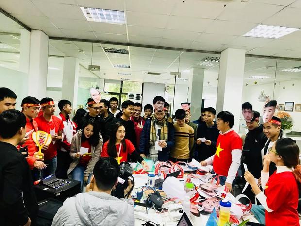Thầy cô nước ngoài làm MV hoành tráng cỗ vũ Việt Nam: Các bạn sẽ vô địch AFF CUP 2018 vì đội bóng năm nay quá mạnh! - Ảnh 7.