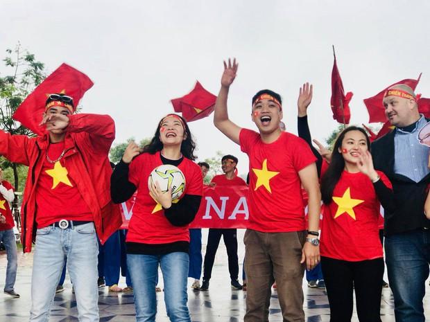 Thầy cô nước ngoài làm MV hoành tráng cỗ vũ Việt Nam: Các bạn sẽ vô địch AFF CUP 2018 vì đội bóng năm nay quá mạnh! - Ảnh 10.