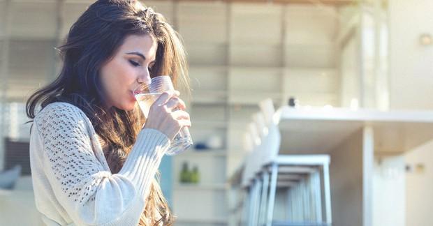 Mùa này đừng uống nước lạnh, hãy uống nước ấm đi vì bạn sẽ có được những điều này - Ảnh 3.