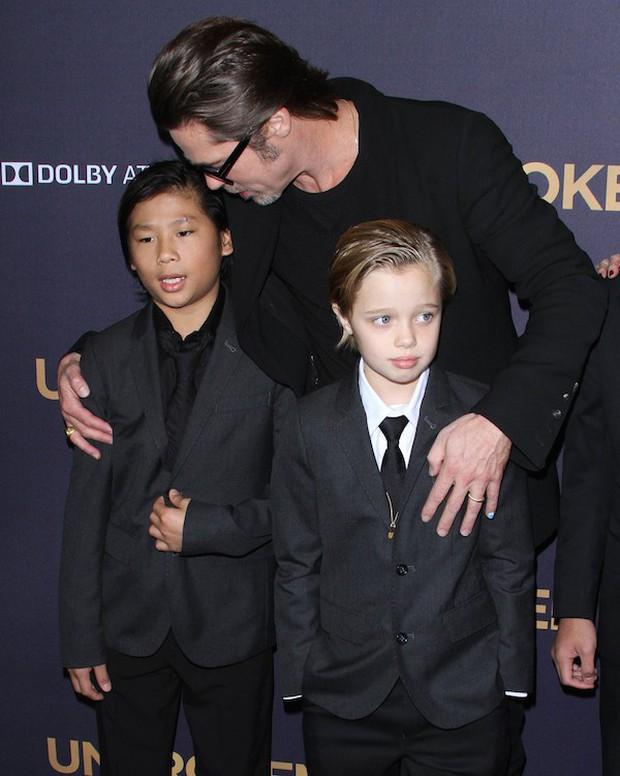 Angelina Jolie tố Brad Pitt chưa từng muốn nhận nuôi cậu con trai gốc Việt Pax Thiên? - Ảnh 1.