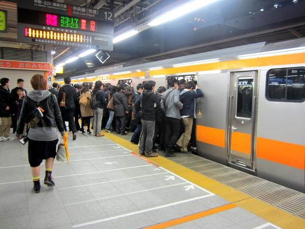 Du học sinh Việt tại Nhật Bản hoang mang tột độ trước tin một kẻ tuyên bố giết 10 người ở ga Tokyo - Ảnh 2.