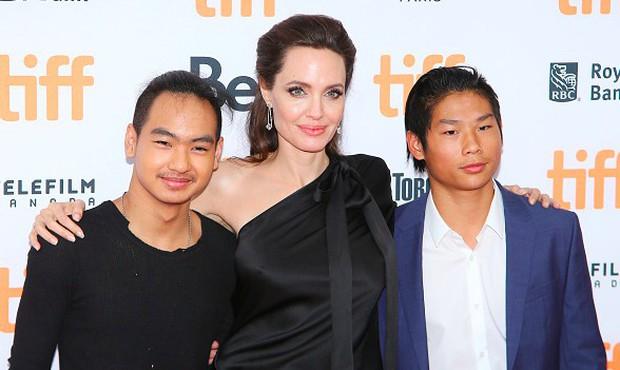 Angelina Jolie tố Brad Pitt chưa từng muốn nhận nuôi cậu con trai gốc Việt Pax Thiên? - Ảnh 2.