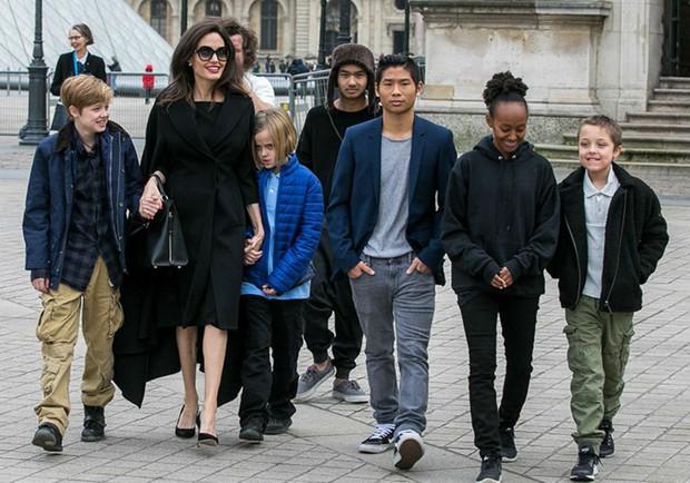 Angelina Jolie tố Brad Pitt chưa từng muốn nhận nuôi cậu con trai gốc Việt Pax Thiên? - Ảnh 3.