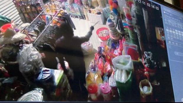 Trộm đột nhập siêu thị mini, đánh cả ô tô đến để chở hàng - Ảnh 1.
