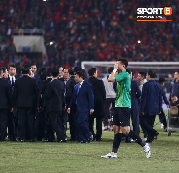 Vô địch AFF Cup 2018, thủ thành Văn Lâm òa khóc rưng rức khi ăn mừng cùng Quế Ngọc Hải - Ảnh 2.