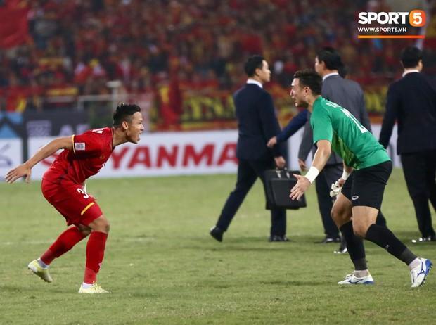 Vô địch AFF Cup 2018, thủ thành Văn Lâm òa khóc rưng rức khi ăn mừng cùng Quế Ngọc Hải - Ảnh 5.