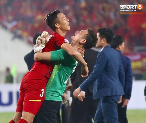 Vô địch AFF Cup 2018, thủ thành Văn Lâm òa khóc rưng rức khi ăn mừng cùng Quế Ngọc Hải - Ảnh 7.