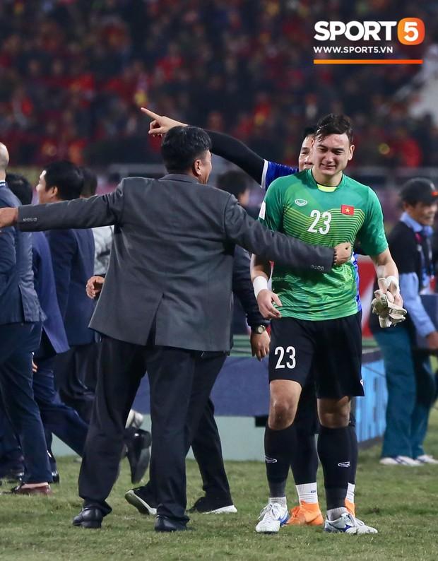 Vô địch AFF Cup 2018, thủ thành Văn Lâm òa khóc rưng rức khi ăn mừng cùng Quế Ngọc Hải - Ảnh 4.