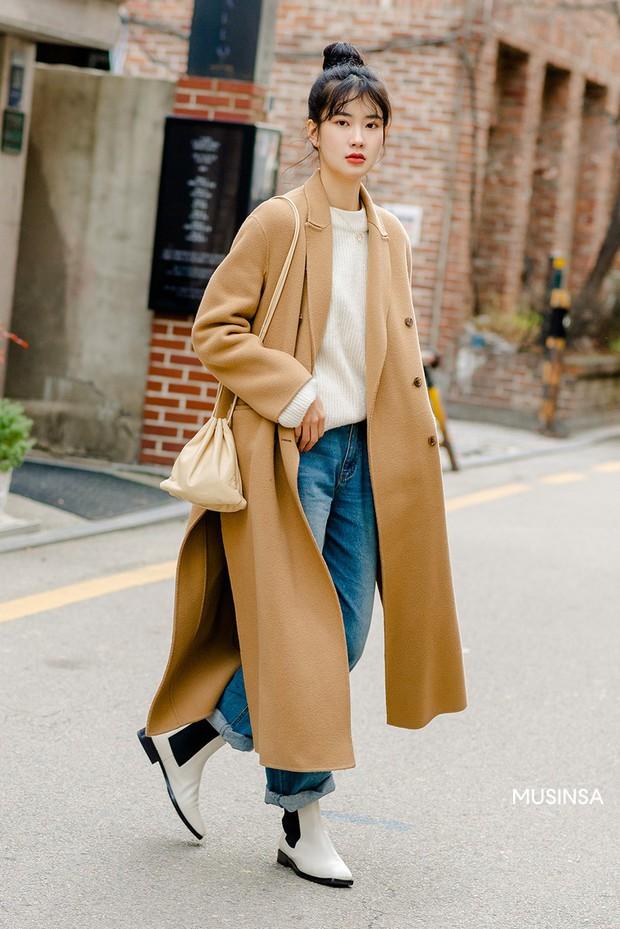 Street style giới trẻ Hàn tuần qua chứng minh: thích mặc kín mít hay sexy thì bạn cũng có cả chục cách mix đồ cho đủ ấm - Ảnh 1.