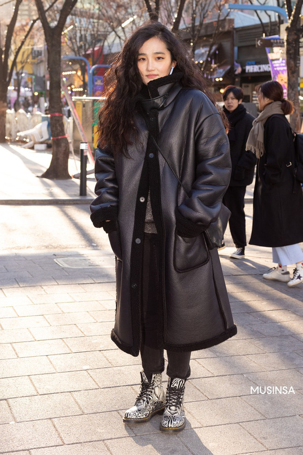 Street style giới trẻ Hàn tuần qua chứng minh: thích mặc kín mít hay sexy thì bạn cũng có cả chục cách mix đồ cho đủ ấm - Ảnh 10.