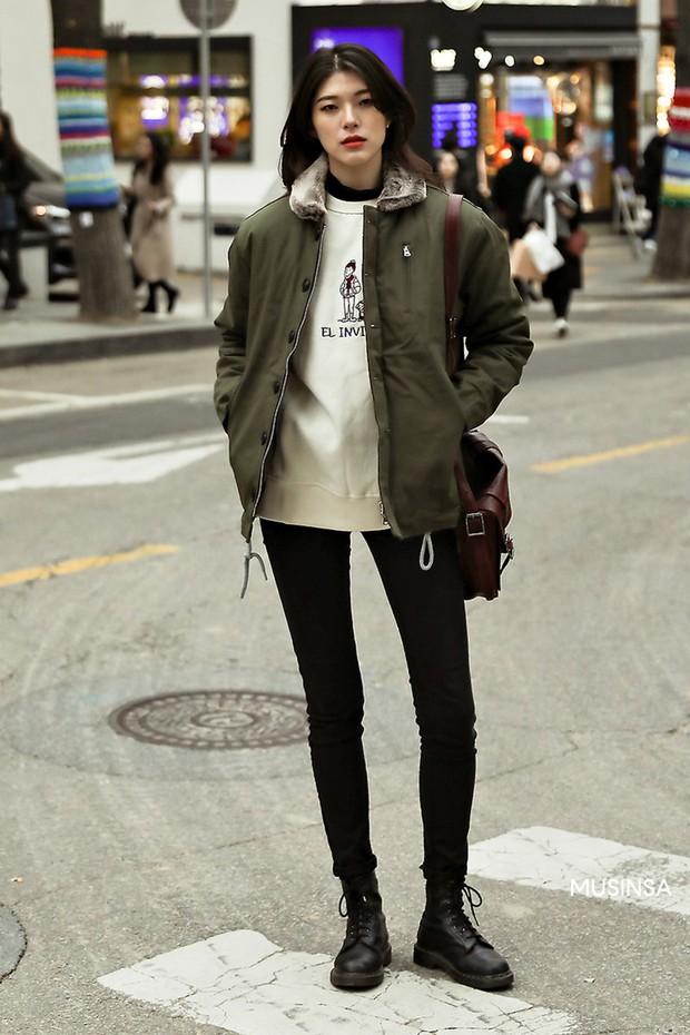 Street style giới trẻ Hàn tuần qua chứng minh: thích mặc kín mít hay sexy thì bạn cũng có cả chục cách mix đồ cho đủ ấm - Ảnh 11.