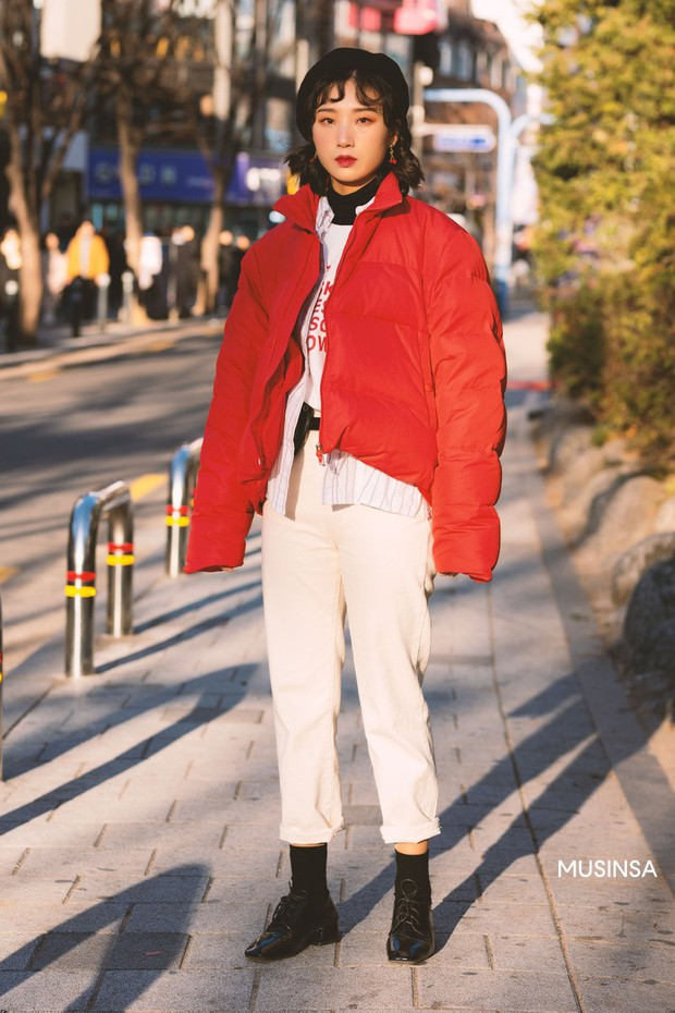 Street style giới trẻ Hàn tuần qua chứng minh: thích mặc kín mít hay sexy thì bạn cũng có cả chục cách mix đồ cho đủ ấm - Ảnh 2.