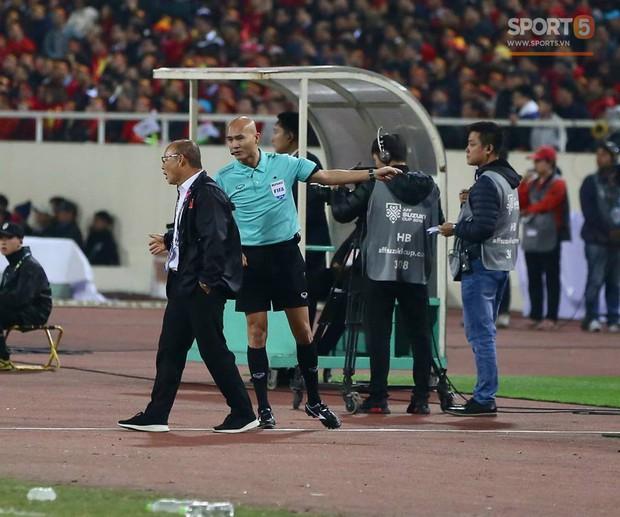 HLV Park Hang-seo giận dữ vì bị trợ lý trọng tài đuổi về chỗ ngồi - Ảnh 3.