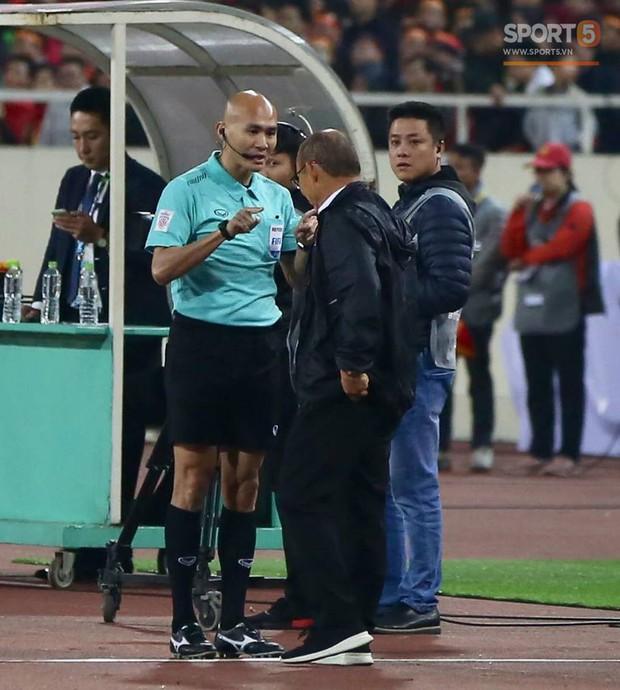 HLV Park Hang-seo giận dữ vì bị trợ lý trọng tài đuổi về chỗ ngồi - Ảnh 2.