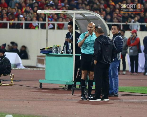 HLV Park Hang-seo giận dữ vì bị trợ lý trọng tài đuổi về chỗ ngồi - Ảnh 1.