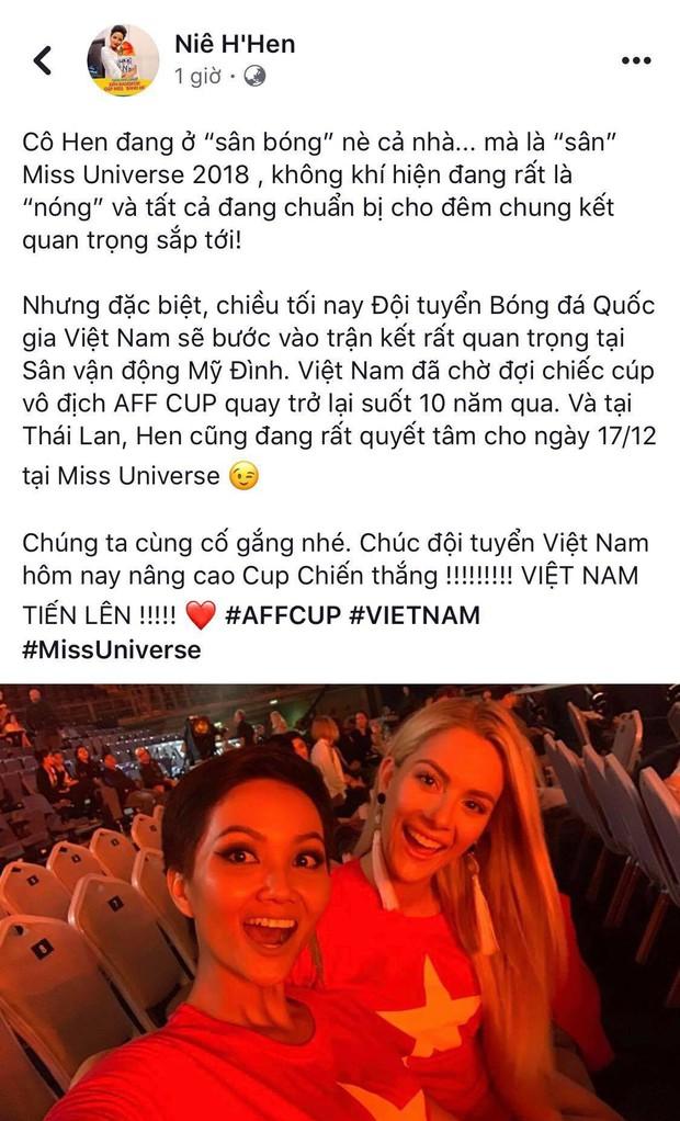 Từng chê bai tiếng Anh của HHen Niê, hoa hậu Mỹ bất ngờ mặc áo cờ đỏ sao vàng ủng hộ bóng đá Việt Nam - Ảnh 1.