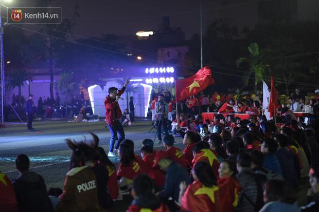 Offline các trường Đại học lớn nhất nước cổ vũ đội tuyển Việt Nam: Dàn gái xinh lung linh nhảy cực sung chờ bóng lăn - Ảnh 16.