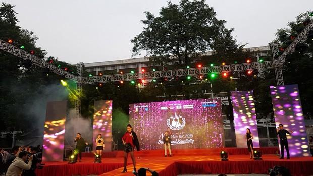 Offline các trường Đại học lớn nhất nước cổ vũ đội tuyển Việt Nam: Dàn gái xinh lung linh nhảy cực sung chờ bóng lăn - Ảnh 34.