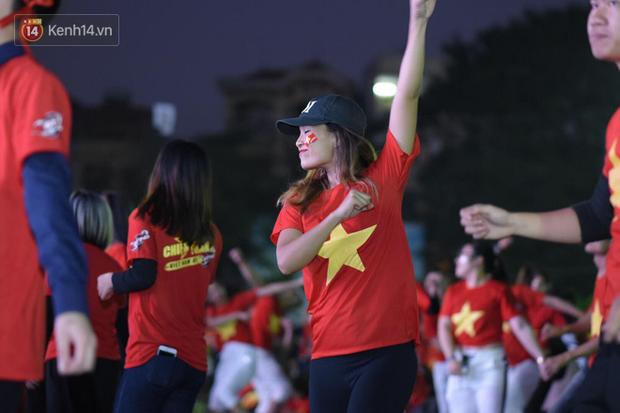 Offline các trường Đại học lớn nhất nước cổ vũ đội tuyển Việt Nam: Dàn gái xinh lung linh nhảy cực sung chờ bóng lăn - Ảnh 22.
