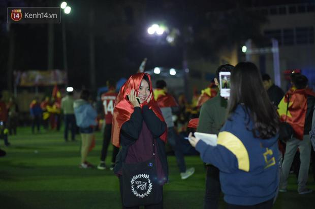 Rợp trời dàn cổ động viên xinh xắn trên khán đài cổ vũ Việt Nam tại CK AFF CUP 2018 của các trường Đại học - Ảnh 5.