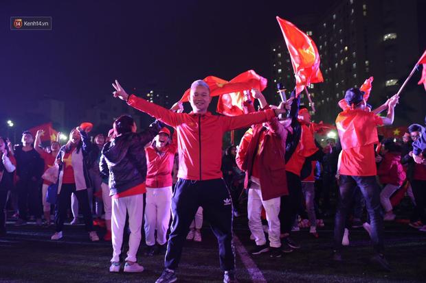 Sinh viên ăn mừng: Vô địch rồi, ngẩng cao đầu hô vang Việt Nam chiến thắng thôi anh em bạn bè ơi - Ảnh 9.