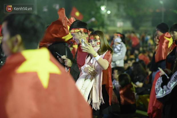 Rợp trời dàn cổ động viên xinh xắn trên khán đài cổ vũ Việt Nam tại CK AFF CUP 2018 của các trường Đại học - Ảnh 1.